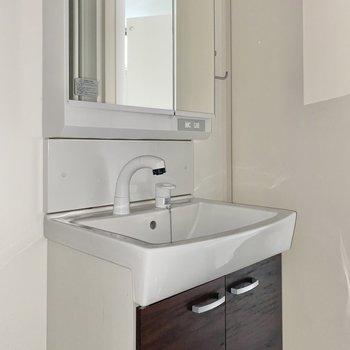 収納もしっかりある洗面台で朝の準備をしましょう♪