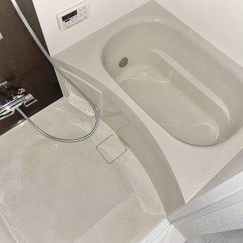 広さ十分の浴室でゆっくり疲れを癒やしましょう。