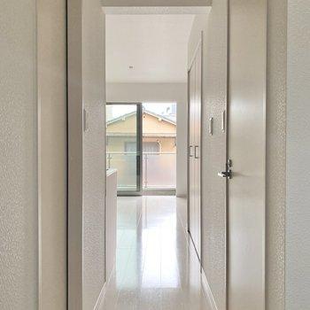 廊下部分には左手に脱衣所、右手にトイレがありますよ。