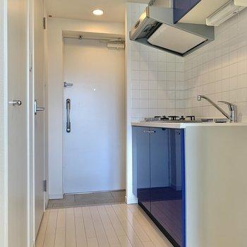 ブルーのキッチンが目を引きます。※写真は3階の反転間取り別部屋のものです