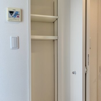 キッチン後ろにちょっとした収納スペース。※写真は3階の反転間取り別部屋のものです