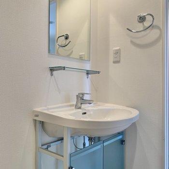 シンプルでカッコ良い洗面台。※写真は3階の反転間取り別部屋のものです