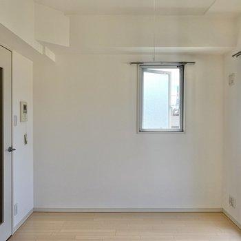 ちょこんとある窓が愛おしくなります。※写真は3階の反転間取り別部屋のものです
