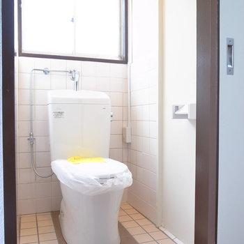 トイレも温水洗浄便座ではありませんが、新しいものですよ!そしてやっぱり窓がありました!