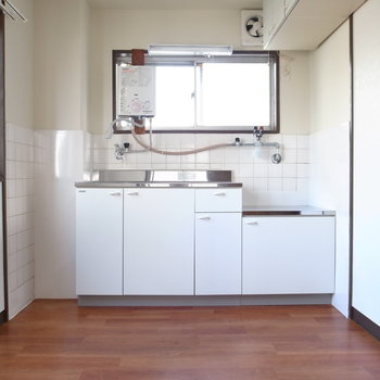 【DK】キッチンはピカピカです!窓があるので、グリーンを置けばパッと明るい空気に◎