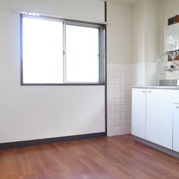 【DK】テーブルとイスを置くスペースはちょっと狭めです。