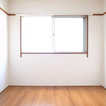 【洋室(押入れ有り)】こちらにも窓がありますよ。隣室とほとんど同じ広さでした。