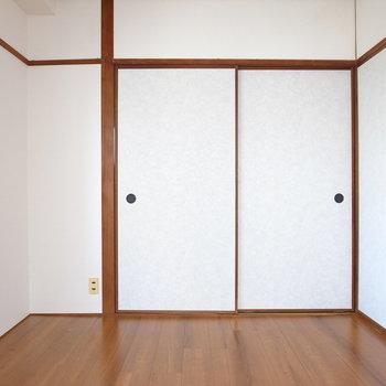 【洋室(ベランダ有り)】とびらは全てふすま。お部屋は床のみ張り替えで、和室に近いです。
