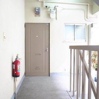 【共用部】階段を上って、すぐ目の前がお部屋ですよ。
