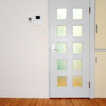 白の扉がかわいい。モニター付きインターホンも!
