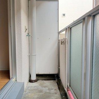 洗濯機置場はバルコニーに。