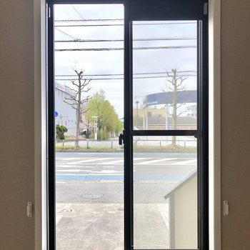 【10J】小窓からは、共用部の階段と駐車場が見えます。
