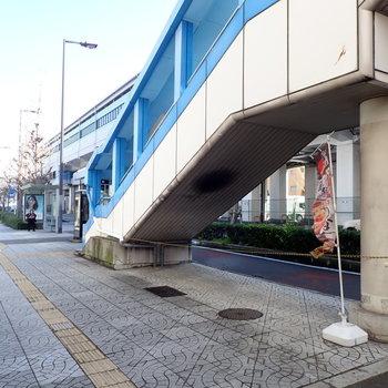 建物を出るとすぐに駅の階段です!