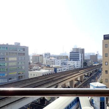 窓を開けると線路と青空です。