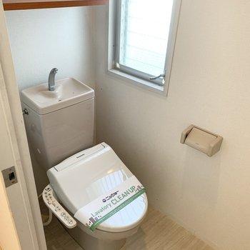 窓と棚付がうれしいウォシュレットトイレです。
