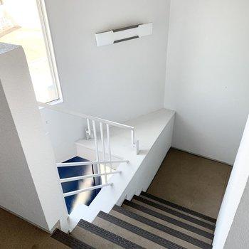 吹き抜けになっている階段室がなんとも素敵。