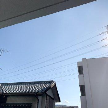 あまり高い建物がないので空も広いです。