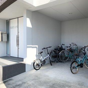 自転車置場はこちら?1階には衣装店が入っていました。