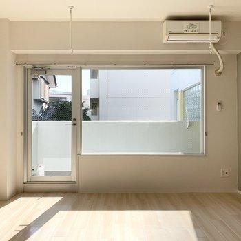 横長の窓が印象的。