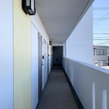 共用廊下はオープンな空間。