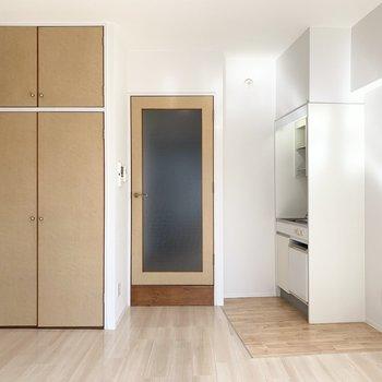 ドアから窓に向かって広がっていくお部屋です。