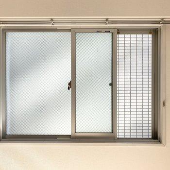 こちらの窓が開くのはこれだけ。でも風は抜けていきます。