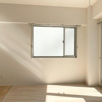 二面採光でこちらにも窓が。