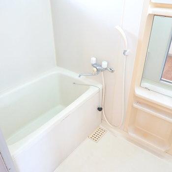 お風呂は窓付きの明るい空間。換気もしやすいですよ◎