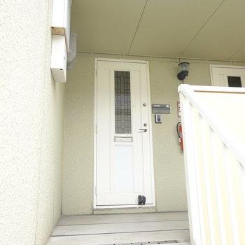 玄関前。お部屋は2階です。