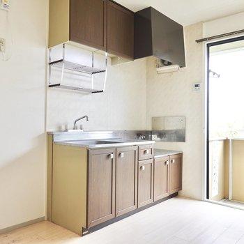 ちょっと特別感のあるウッド調パネルのキッチン。冷蔵庫置場は左側に。