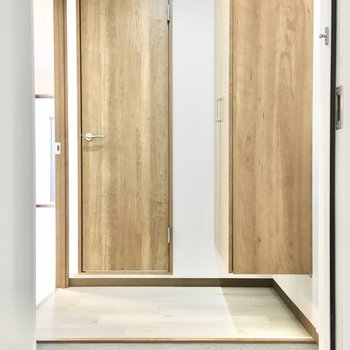玄関も脱ぎ履きに十分な広さ。