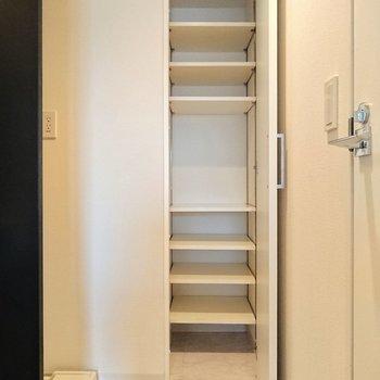 【上階】奥行きのある収納があり、洗濯かごや洗剤の予備をいれられます。