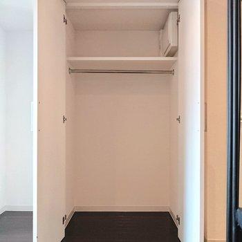 【下階】キッチン横にはクローゼット。十分な収納力があります。