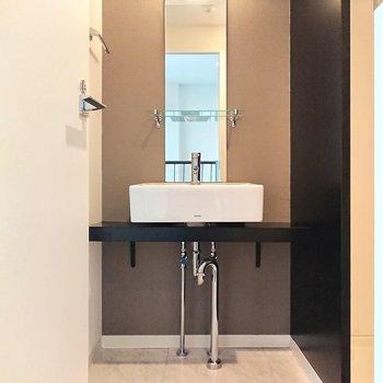 【上階】シンプルで美しい陶器の洗面台。