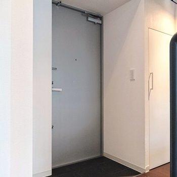 グレーの玄関で、スマートな印象ですね。