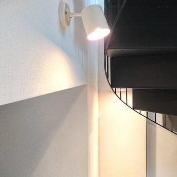 【ディテール】玄関もスポットライトが照らします。