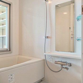 【上階】広々とした浴槽でゆったり。