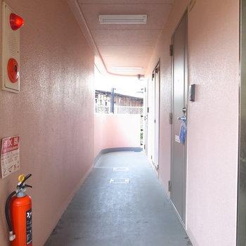 【共用部】廊下のそばに駅ホームと線路があります。