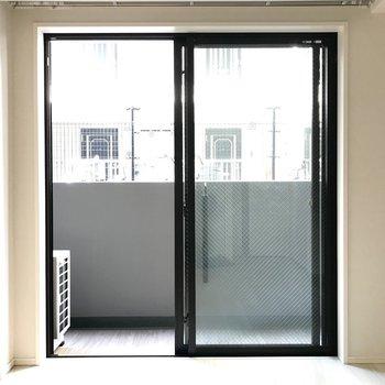 お部屋いっぱいに広がる窓から、温かい陽が差し込みます。