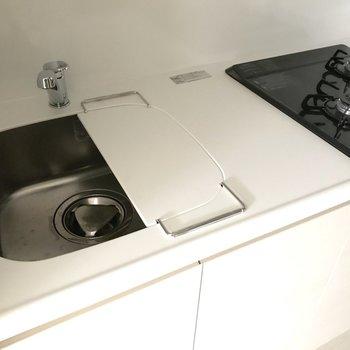 シンクにカバーを取り付ければ、調理スペースが広がります。