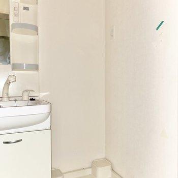独立洗面台の右手に室内洗濯機置き場があります。※写※写真は前回募集時のものです。