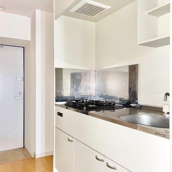 キッチンの奥のスペースに冷蔵庫が置けます。※写真は前回募集時のものです