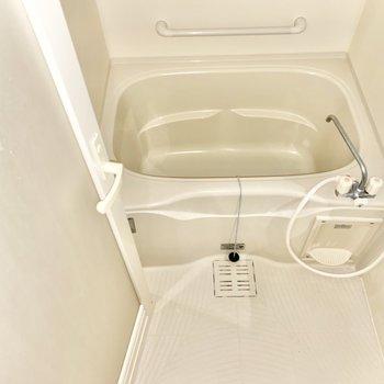 浴槽の横には取っ手が付いていて安全ですね。※写真は前回募集時のものです