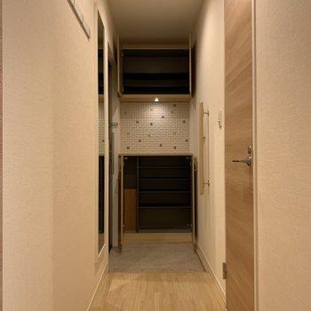 玄関までの間には、フック、全身鏡、手すり。シューズボックスは上下に分かれたタイプですね。
