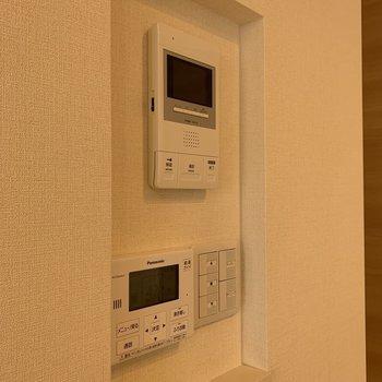 こちらはモニター関連。各部屋に電動シャッターのスイッチがあります。
