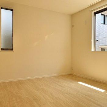 【洋室6.4帖】まずは玄関のお隣の洋室から。ダブルベッドが置けそうなサイズ感。