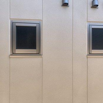 こちらの眺望は玄関横の洋室からの眺望です。目の前に建物が。