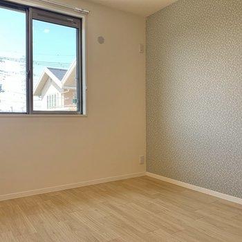 【洋室5.2帖】LDKのお隣の洋室へ。作業部屋や子供部屋にしても良さそうです。