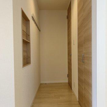 お次は玄関へとまいりましょう。奥のドアが玄関に。右の扉には……