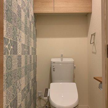 トイレは玄関の横に。こちらのクロスも特徴的です!